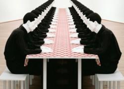 Tischgesellschaft von Katharina Fritzsch im Museum für Moderne Kunst