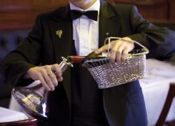Sommelier servant le vin