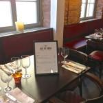 Speisekarte im Bilderrahmen am Tisch erspart den Nagel in der Wand