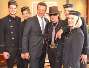 Udo Lindenberg mit Hoteldirektor Cyrus Heydarian und Pagenköpfen