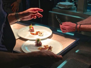 Köche fotografieren das Essen ihrer Kollegen
