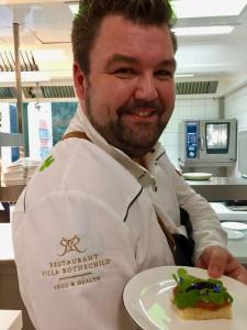 Prüßmann mit Glücksbringer-Kleeblatt am Dress und auf dem Teller