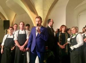 Wilhelm Weil begrüßt die Gäste