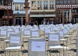 Leere Stühle am Römerberg Frankfurt